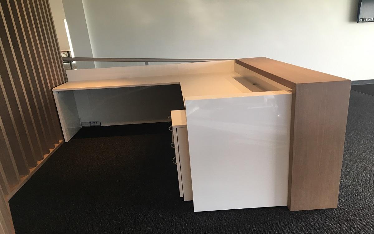 Stylish High Gloss White Laminate Rift Cut Oak Veneer Reception Desk